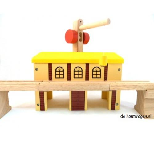 houten pakhuis met kraan